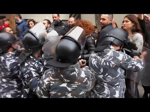 مواجهات بين المحتجين وقوات الا?من وسط #بيروت  - نشر قبل 5 ساعة