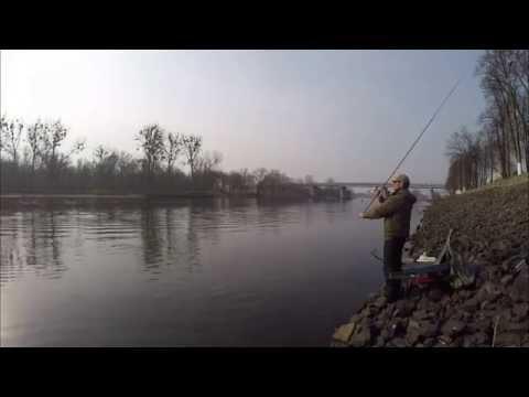 как выбрать место на реке для ловли на фидер