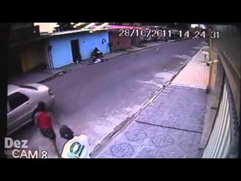 Câmera flagra acerto de contas entre traficante e usuário de drogas