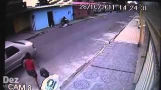 Repeat youtube video Câmera flagra acerto de contas entre traficante e usuário de drogas