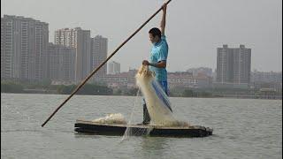 小池赶海撒白网抓海鱼,收到最后一网的时候,小池笑不拢嘴了