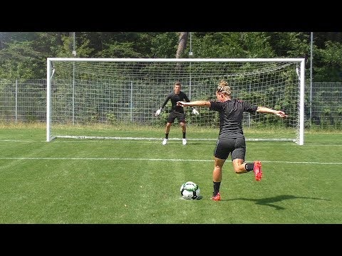 freekickerz vs PRO FEMALE PLAYER - Penalty Football Challenge