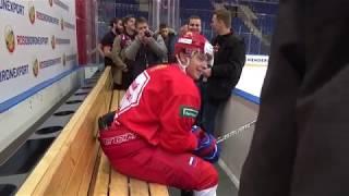 Никита Гусев вдруг запрыгнул на лавку к журналистам и сидит! Говорит, задание было такое...