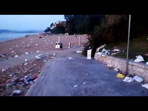 Así amanece la playa de Los Peligros tras una noche de botellón durante la nueva normalidad