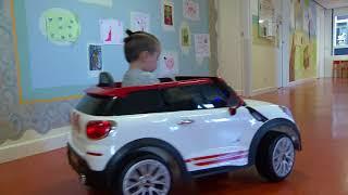 Elektrisch autootje voor kinderafdeling Albert Schhweitzer-ziekenhuis in Dordrecht