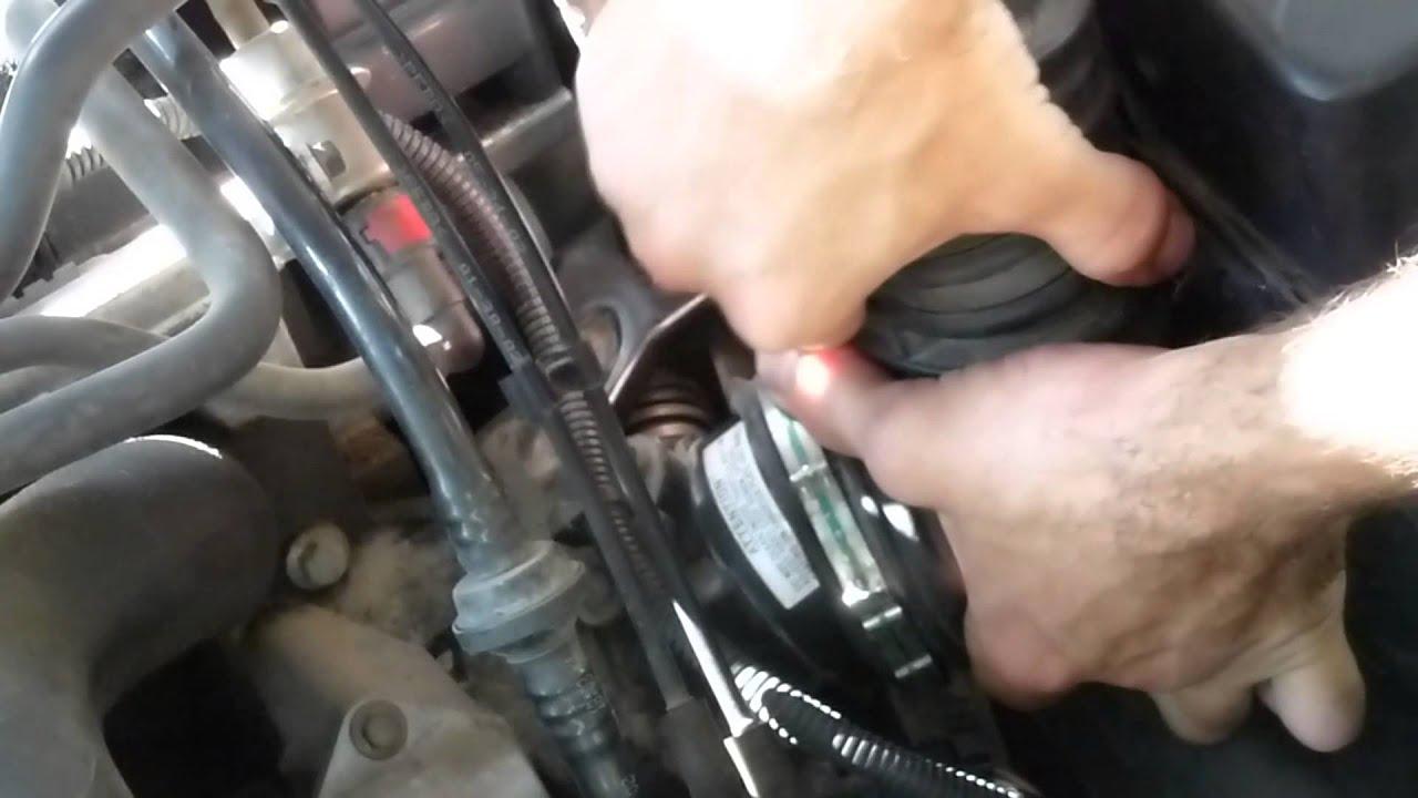 C mo limpiar la admisi n de tu coche doovi for Como lavar el motor de un carro