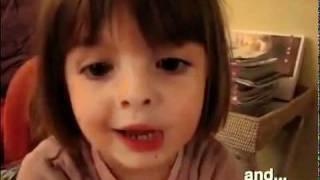 Une petite fille qui raconte une drole d