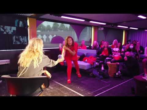 Red Club (Christian Wulff, Gabor Steingart Happening von Mia Florentine Weiss auf der PioneerOne