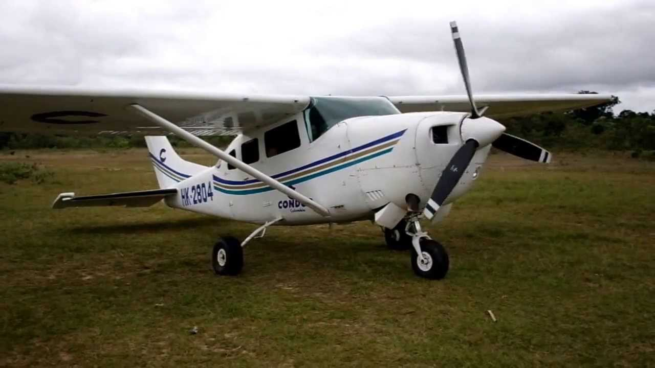 Avioneta Cessna despegando desde un pueblo indígena del ...