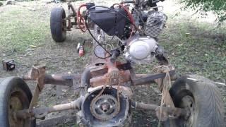 Trator feito em casa com motor traseiro.