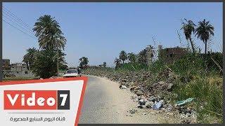 أهالى قرية بنى منصور بسوهاج  يتهمون مسئولى بالرى بوضع مخلفات الترع على طريق أبيدوس رغم تطهيرها