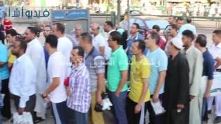 بالفيديو : طوابير كبيرة لشراء اللبن المدعم بصيدلية الاسعاف