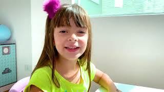 Laurinha e Helena fingem brincar de fazer vestido de princesa com maquina de costura de brinquedo