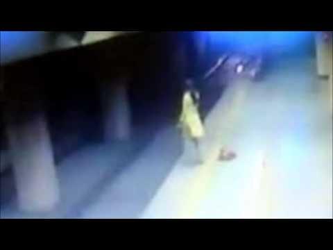 Shocking suicide attempt of a women in Delhi Metro station