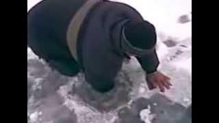 Рыбак достает огромную щуку из лунки на зимней рыбалке прикол