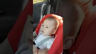 Душевно поёт(малышу полгода)