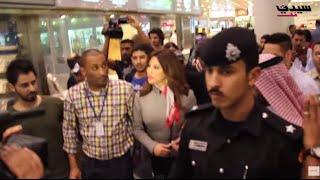 نجوى كرم تخرج من مطار الكويت بحماية الشرطة.