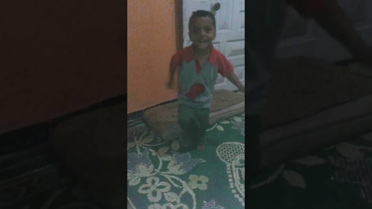 طفل 3 سنين يرقص باحترافيه علي اغنيه جانجم ستايل ل psy