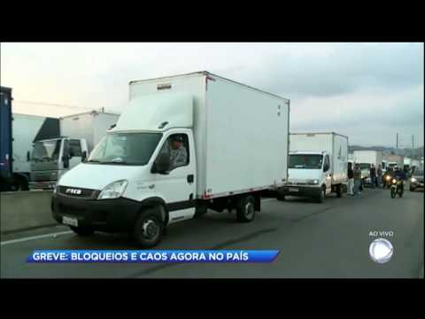 Manifestantes tentam bloquear caminhão em rodovia