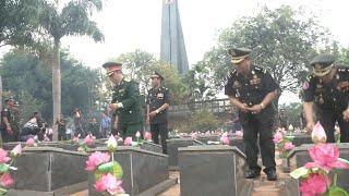 Đoàn đại biểu Quân đội Hoàng gia Campuchia dâng hương tại Nghĩa trang liệt sĩ huyện Đức Cơ