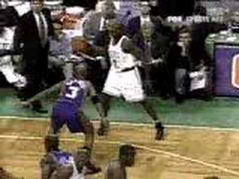 Tony Delk hits Antoine Walker