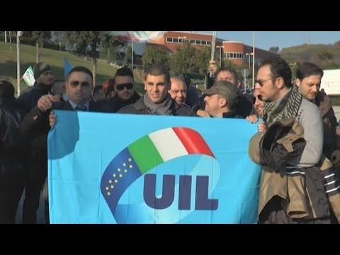 Napoli - Lavoratori Security Service bloccano traffico a Fuorigrotta -live- (12.12.13)