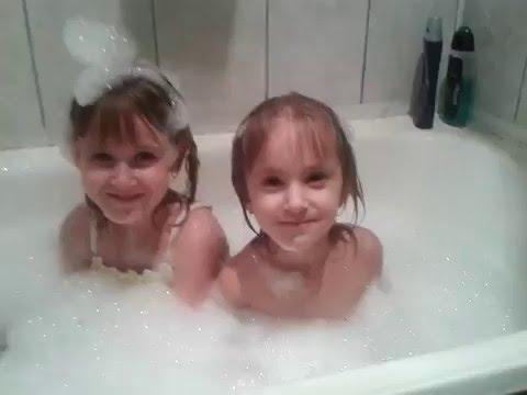 Пенная вечеринка. Маленькие дети в ванной с пеной