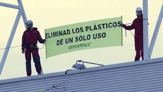 ¡ACCIÓN! Pancarta en la fachada de Carrefour para denunciar el sobreenvasado de plásticos
