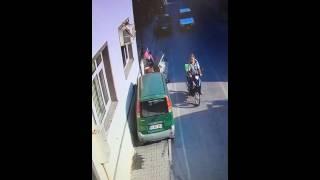 Geyve'de Kaldırımda Otomobilin Altında Kaldılar-Geyvemedya.com