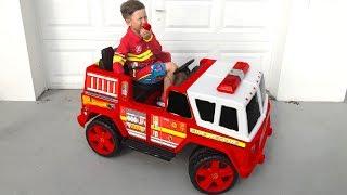 تلعب سينيا مهنة رجل الإطفاء