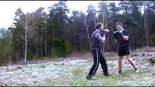 Персональная тренировка по кикбоксингу на природе. Часть 2(Программа тренировки в этом видео. 00:01 Упражнения со скакалкой. 00:49 Броски полена через себя (2 подхода). 02:37..., 2015-03-12T18:21:41.000Z)