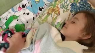 Видео для детей. Ложимся спать с новой куклой!