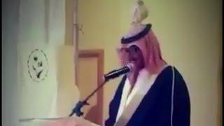 بالفيديو.. حمامة تستقر فوق رأس معلم أثناء حفل تقاعده بجازان