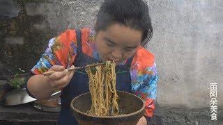 苗大姐葱太多吃不完,来个葱油拌面,拿起钵钵直接吃