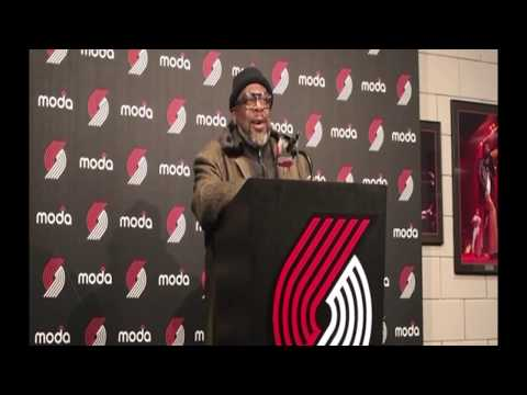 Cedric the Entertainer takes over Terry Stotts' postgame press conference