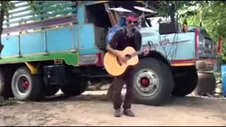 Nghệ sĩ đường phố vừa chơi trống, guitar và armonica