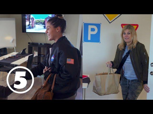 Pernilla skämmer ut Benjamin och Bianca på deras första dag på körskolan | Wahlgrens värld