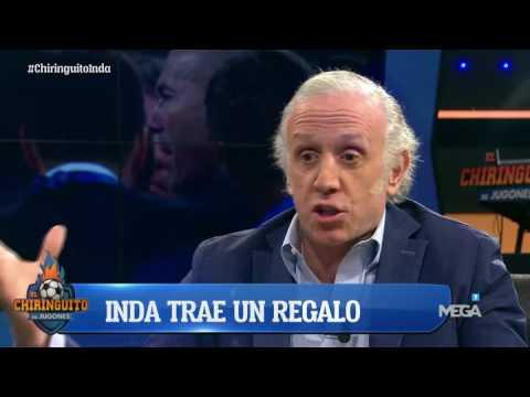 Eduardo Inda le regala una camiseta del Madrid a Cristóbal Soria