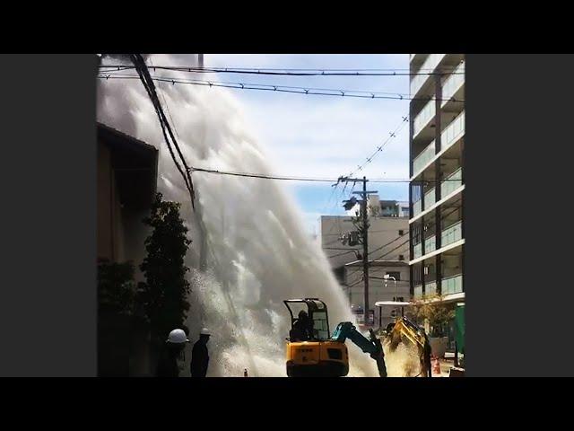 大阪の住宅街、高さ15mまで水噴出 水道局の工事中