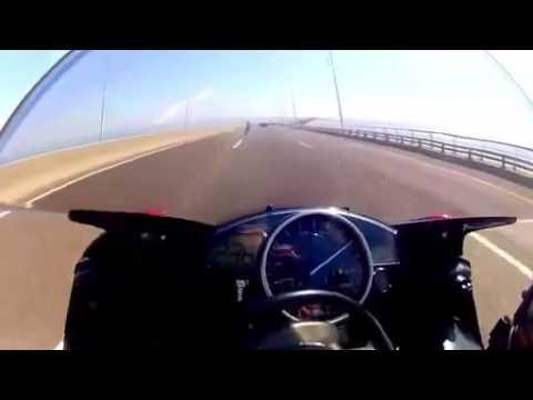 """""""Quái xế"""" liều mạng đua xe với tốc độ """"tử thần"""" 295 km/h"""