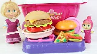 Masha Hamburger Arabası İle Çocuklara Hamburgerler Patates Cipsleri Dağıtıyor