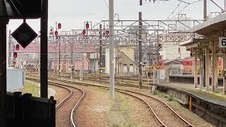JR西日本の氷見線で運行している観光列車『べるもんた(ベル・モンターニュ・エ・メール)』が高岡駅に入線する動画【2020.3.29】