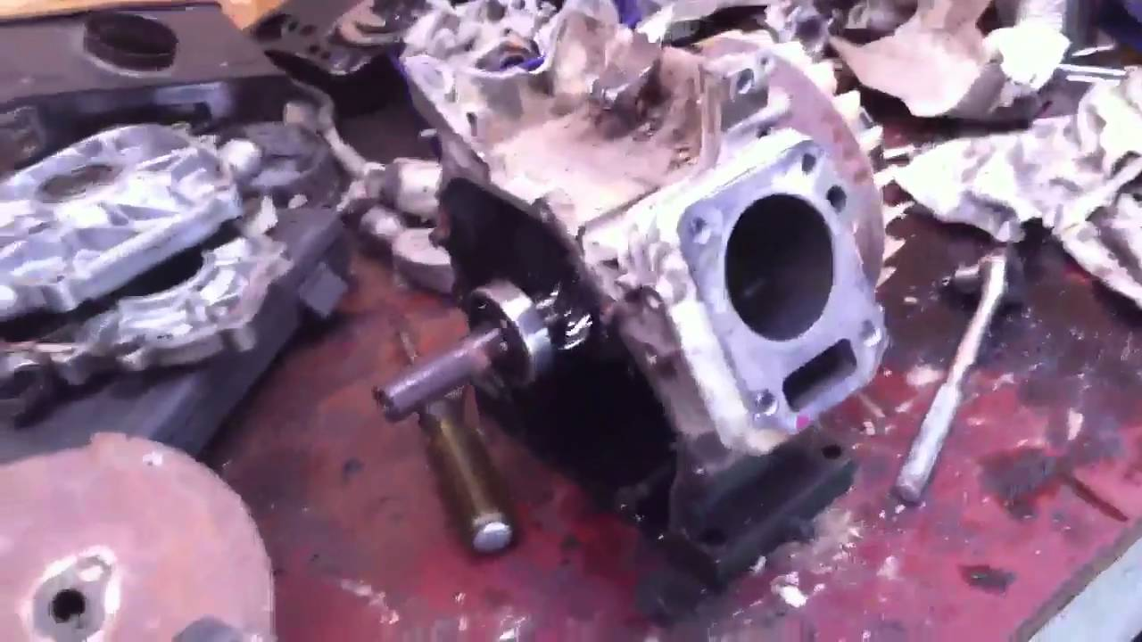 rebuilding honda gx120 part 1 youtube rh youtube com Gxv 390 Honda V-Twin Honda GXV 120 Engine