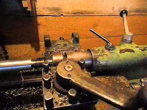 Нарезаем резьбу на валу , токарный станок 1м61 .