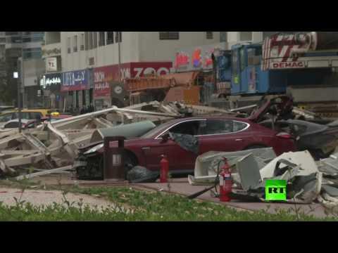 سقوط رافعة من بناية عالية في دبي