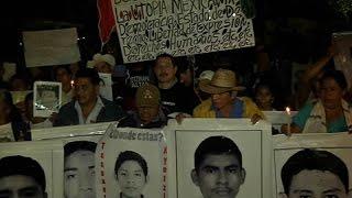 Granaderos bloquean marcha de padres normalistas a Los Pinos