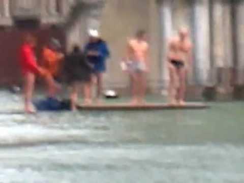 Acqua Alta a Venezia Turisti nuotano in Piazza San Marco