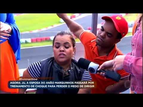 Ju, esposa do anão Marquinhos, passa por treinamento de choque ao volante