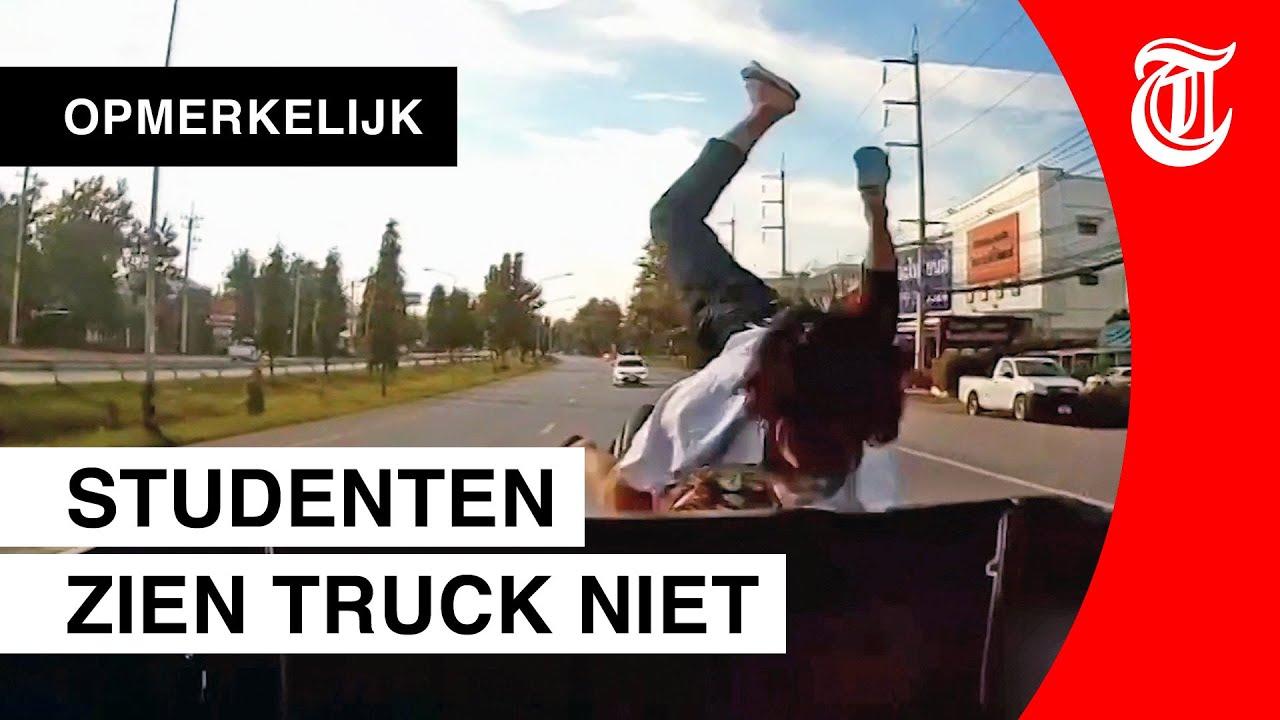 Motorrijder crasht, passagier redt zichzelf met salto