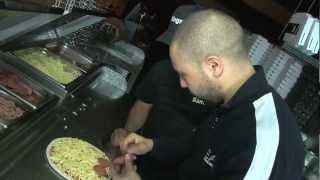 Baixar Salaheddine maakt een Marokkaanse pizza bij Kingslize Pizza